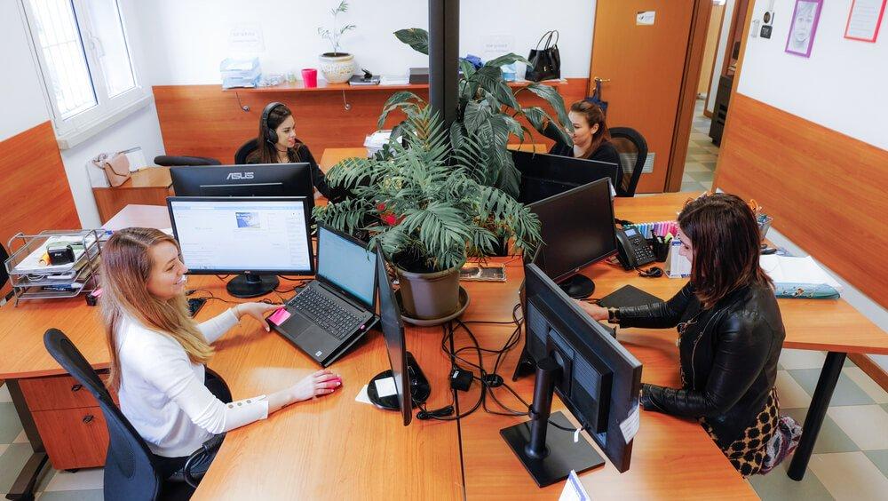 collaboratrici alla scrivania